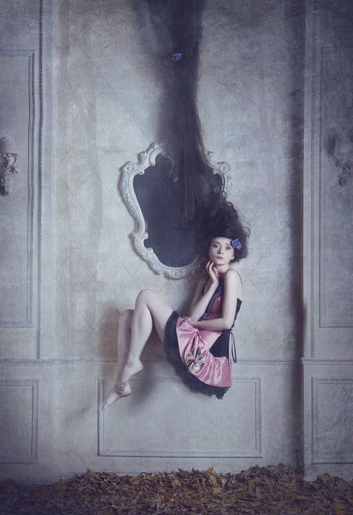 Девушка у зеркала. Фото: Катерина Плотникова