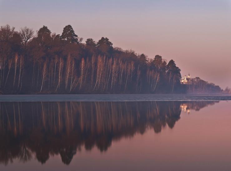Пейхаж с лесом и церковью. Фото Михаила Мочалова