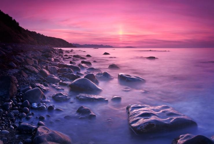 Закат на море и камни. Фото Михаила Мочалова
