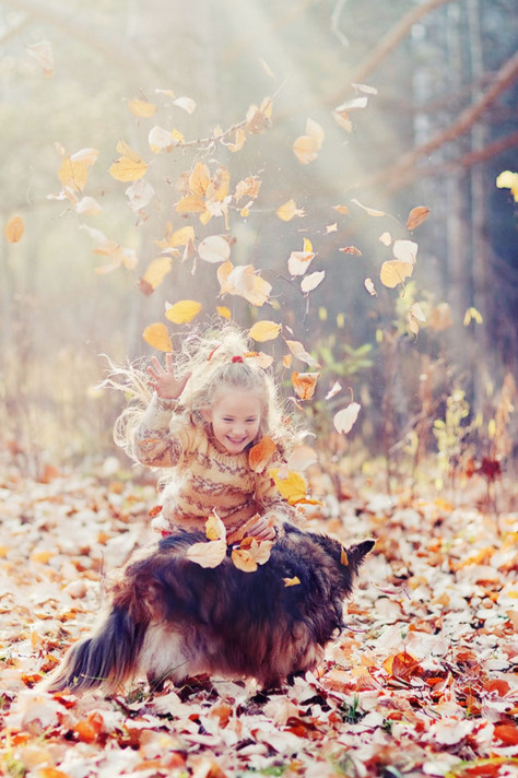 Девочка с собакой и листьями. Фото: Nastya Kovaleva
