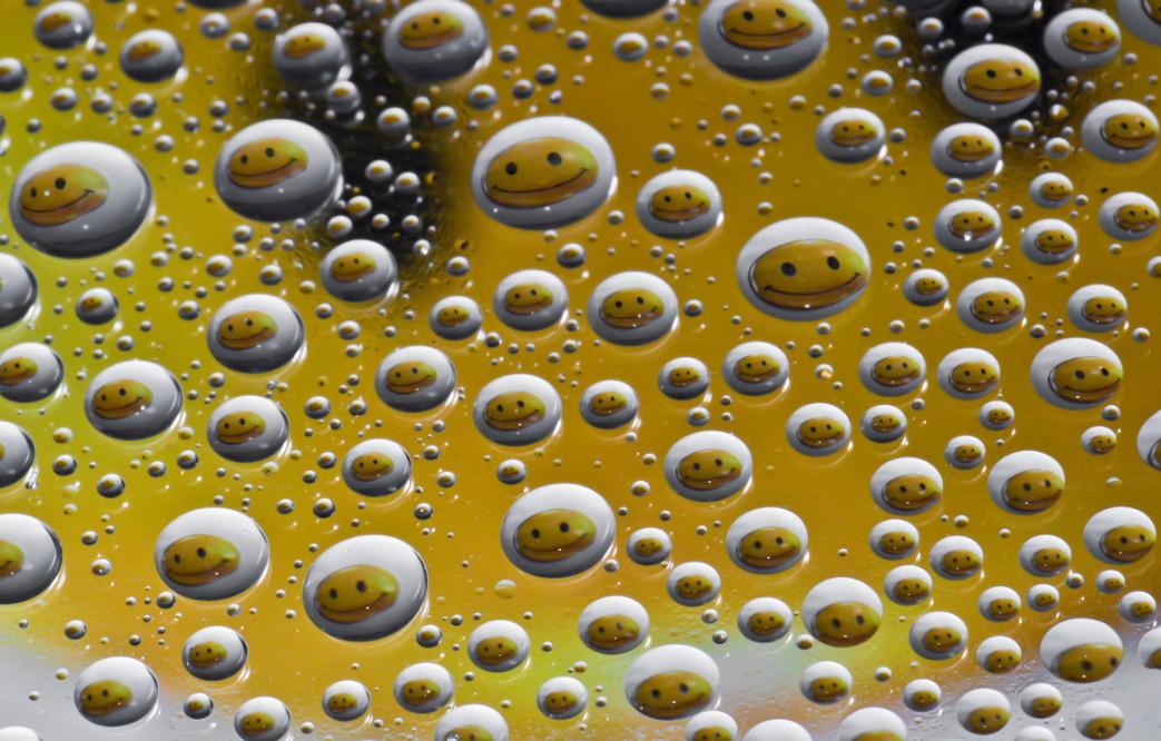 Cмайлики в каплях воды. Фото: Patrick Patterson