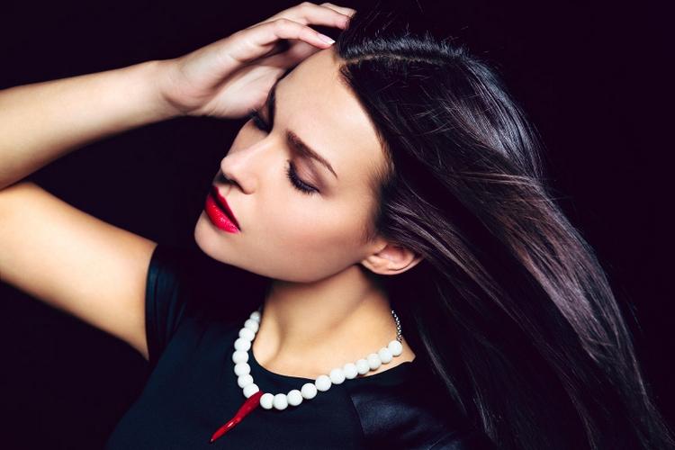 Девушка с белым ожерельем