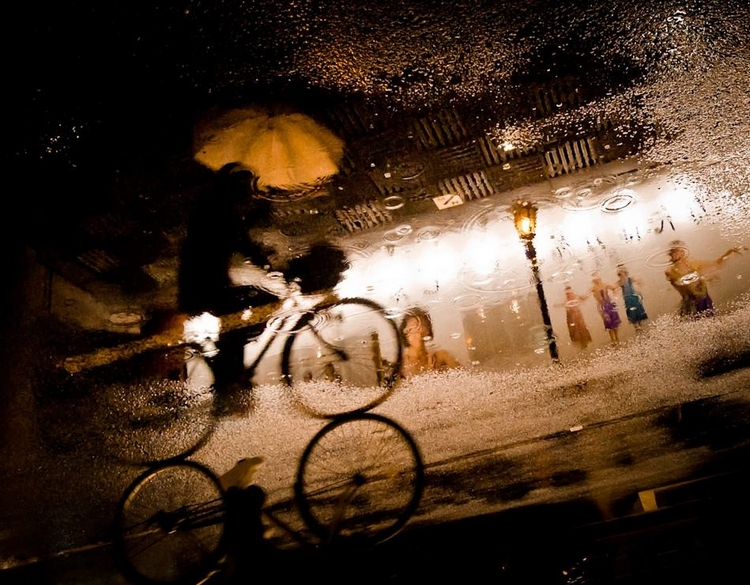 Велосипедист и дождь. Фото: Werachai Sookruay