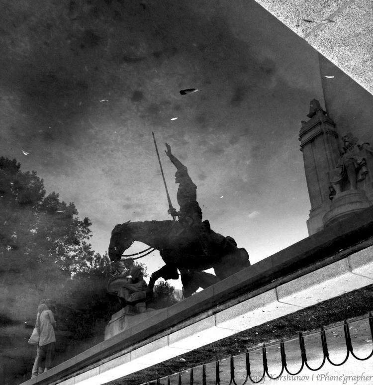 Отражение памятника. Айфонография Сергея Коршунова