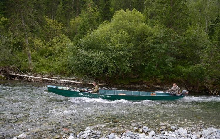 Деревянная лодка с мотором