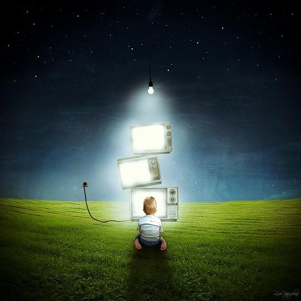 Мобильная фотография digital art. Ребенок в поле с телевизорами