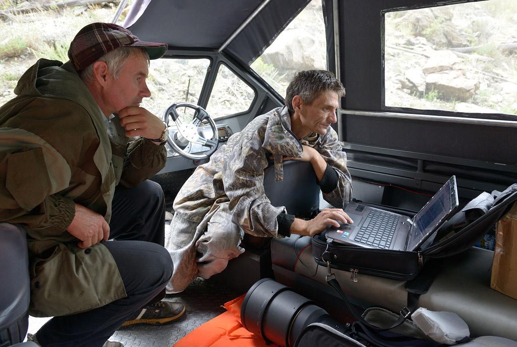 Сергей и Андрей скачивают информацию, полученную с помощью фотоловушек