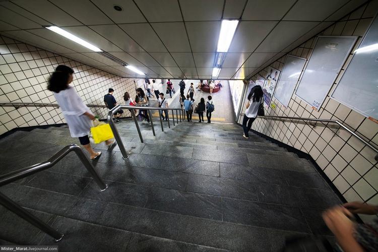 Ступеньки вместо эскалатора в метро в Сеуле