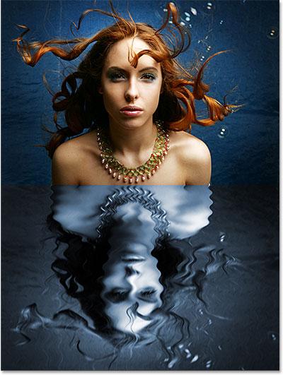 Отражение в воде стало голубым