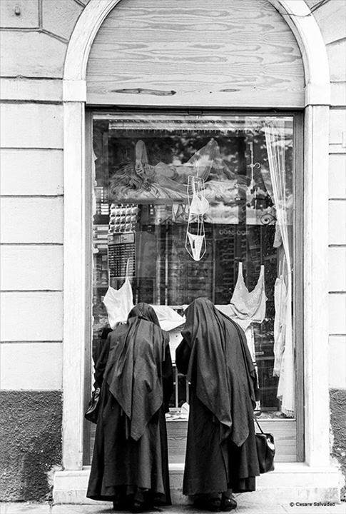 Возле витрины. Фото: Cesare Salvadeo