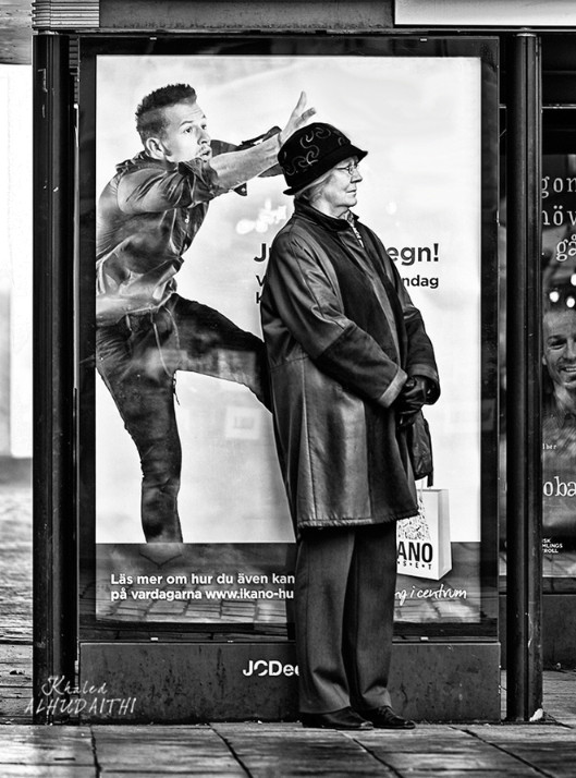 Женщина на остановке. Фото: Khaled ALhudaithi