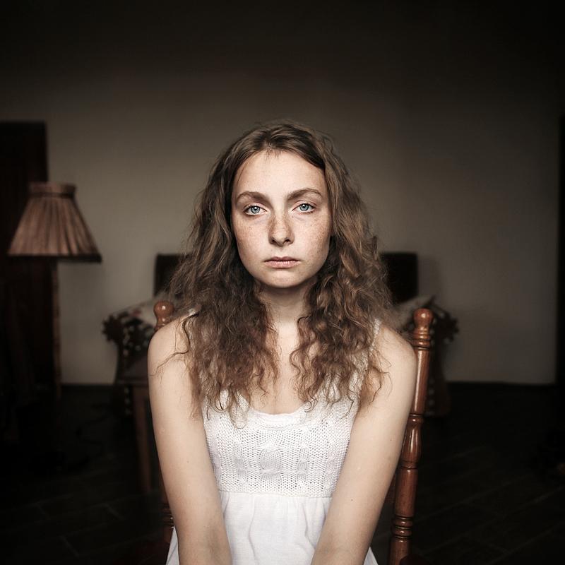 Печальная девушка. Фото Ефима Шевченко