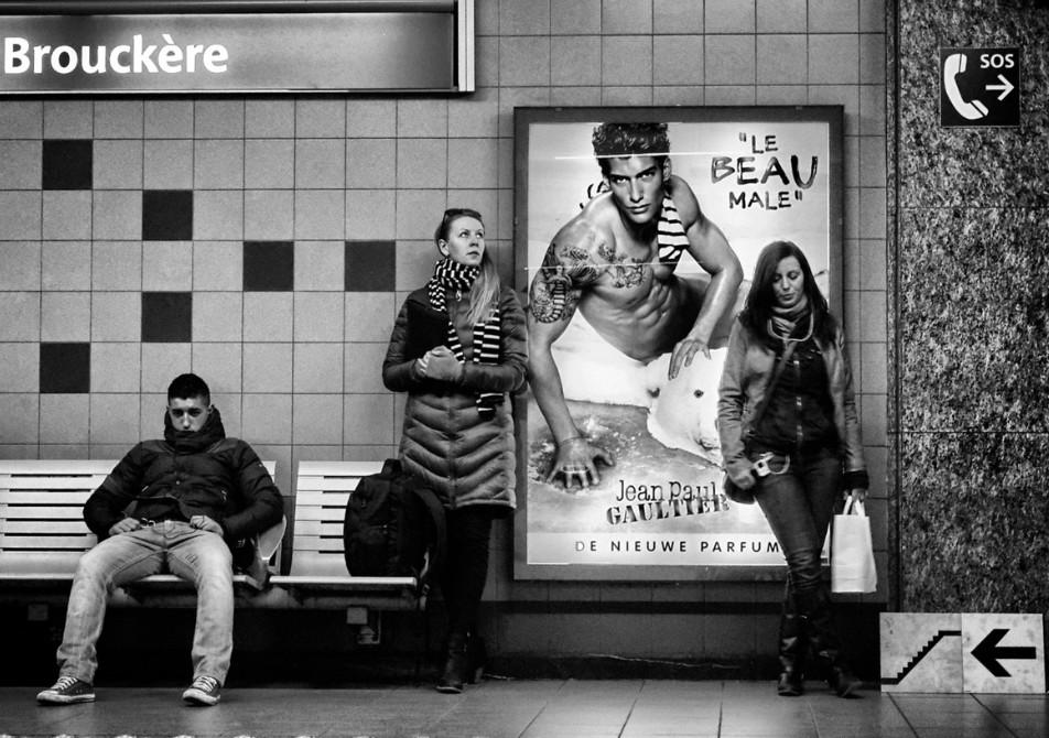 Девушка у рекламного щита. Фото: Laurent Auble