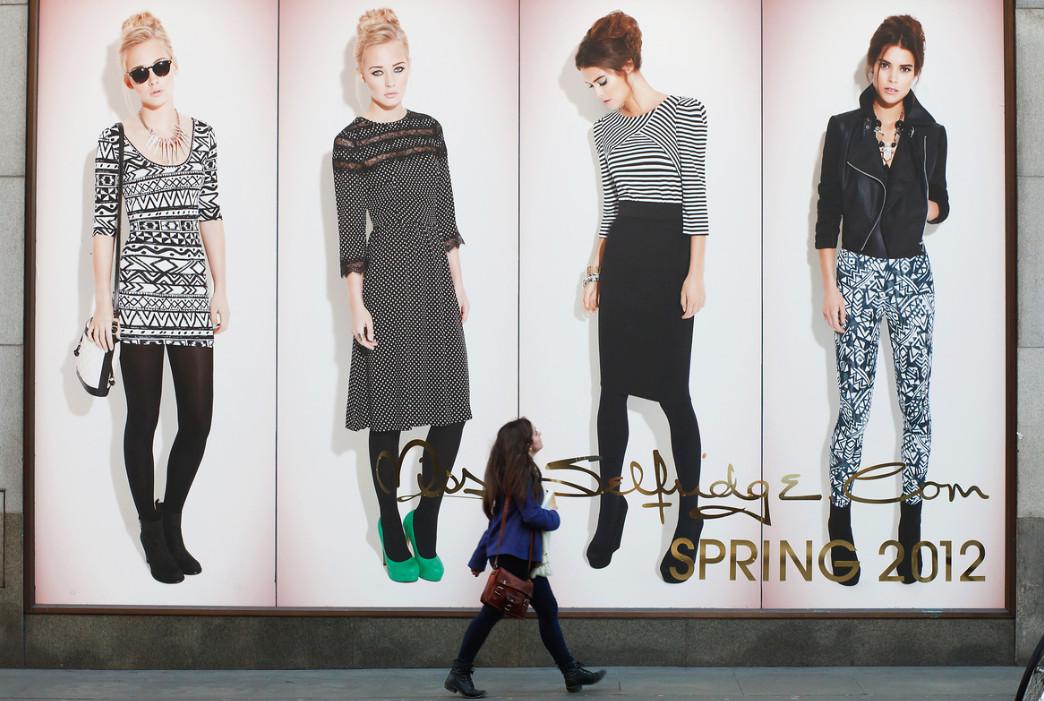 Реклама женской одежды. Фото:  Andy Wright