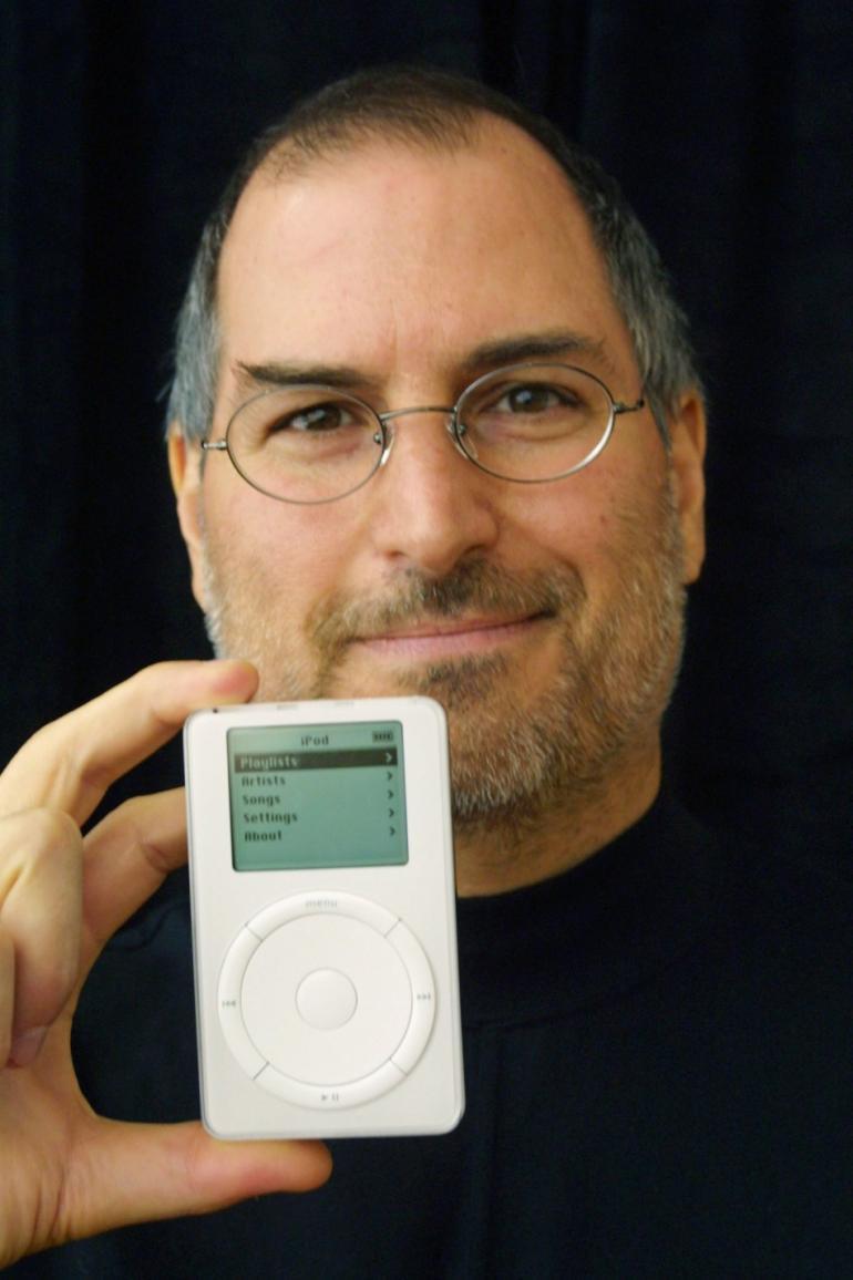 Стив Джобс и первый iPod, 2002 год. Фото: Corbis