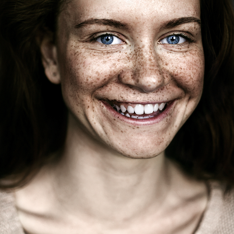 Улыбчивая девушка. Фото Ефима Шевченко