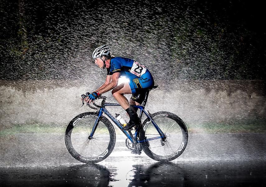 Велосипедист под дождем. Фото: Dave McLaughlin