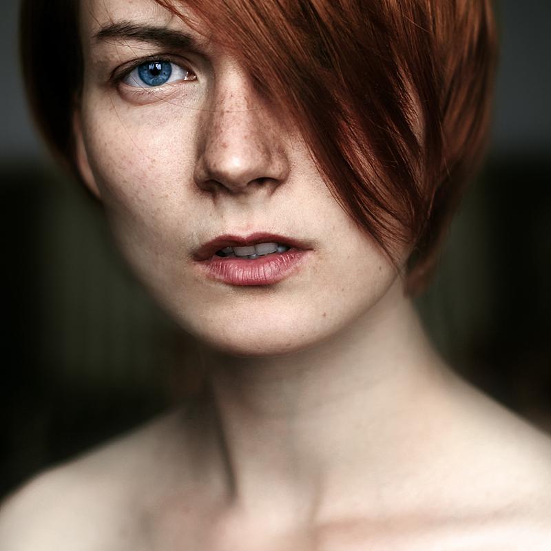 Портрет задумчивой девушки. Фото Ефима Шевченко