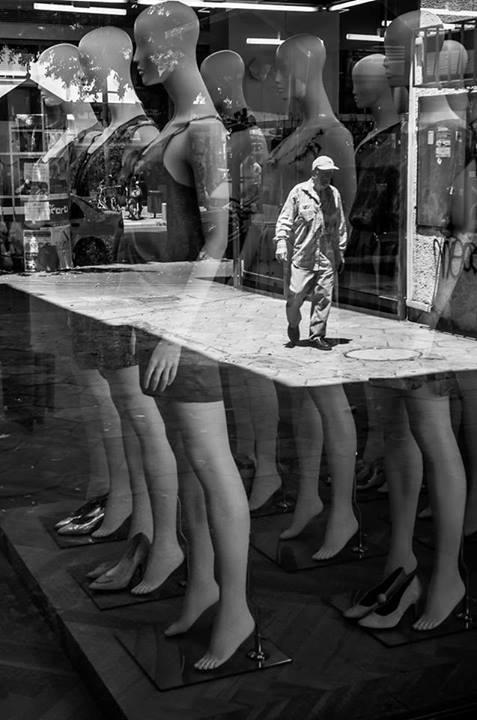 Манекены и прохожий. Фото: Gabi Ben Avraham