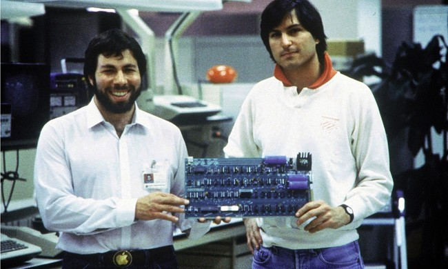 Основатели Apple Стив Джобс и Стивен Возняк с прототипом клавиатуры, 1978 год