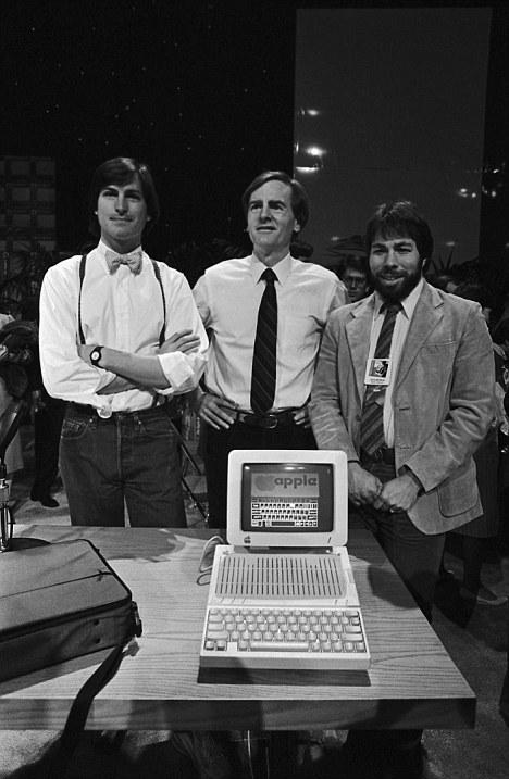 Президент Apple Джон Скалли (в центре), Стив Джобс (слева), Стивен Возняк (справа) и Macintosh Apple IIc, 1984 год