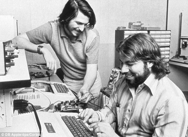 Стив Джобс и Стивен Возняк в гараже родителей Джобса, 1976 год