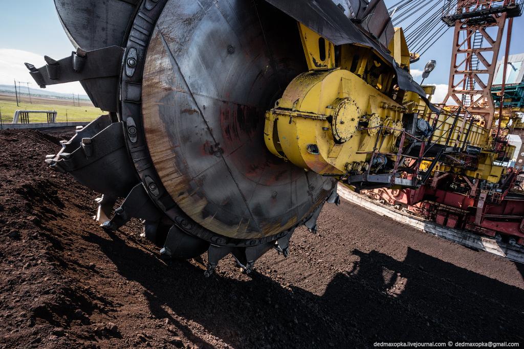 Ротор крутится, и ковши загребают уголь на конвейерную ленту