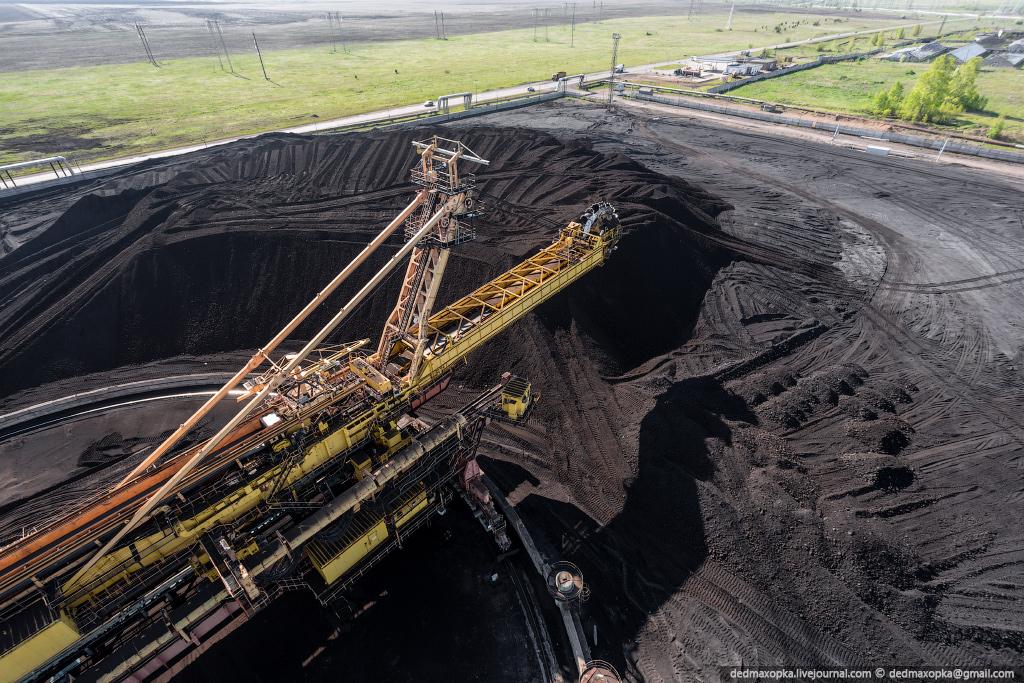 На угольном складе работают крупные машины