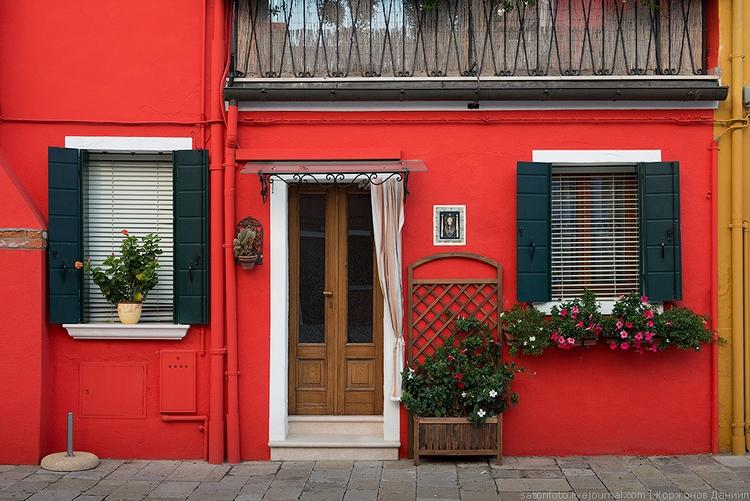 Яркие фасады в Бурано. Фото Даниила Коржонова