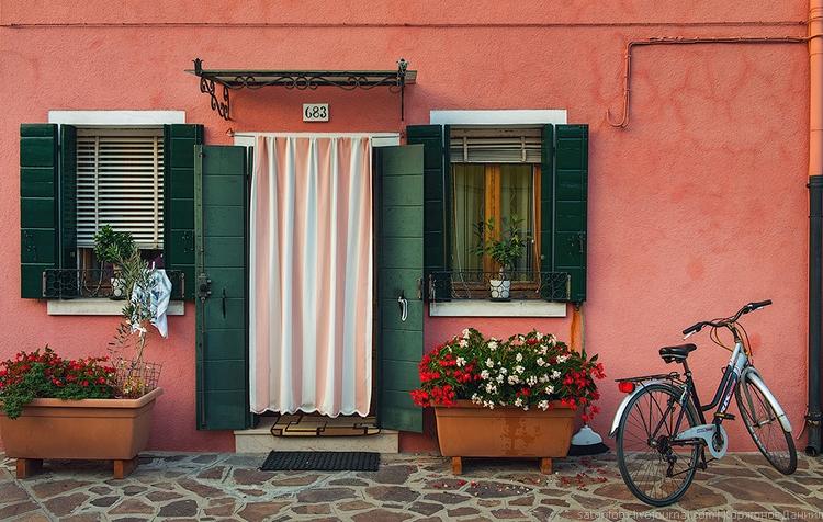 Цветы и велосипед у дома. Бурано. Фото Даниила Коржонова