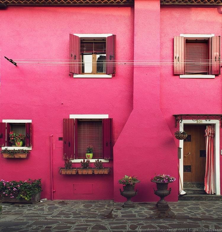 Яркая розовая стена дома Бурано. Фото Даниила Коржонова