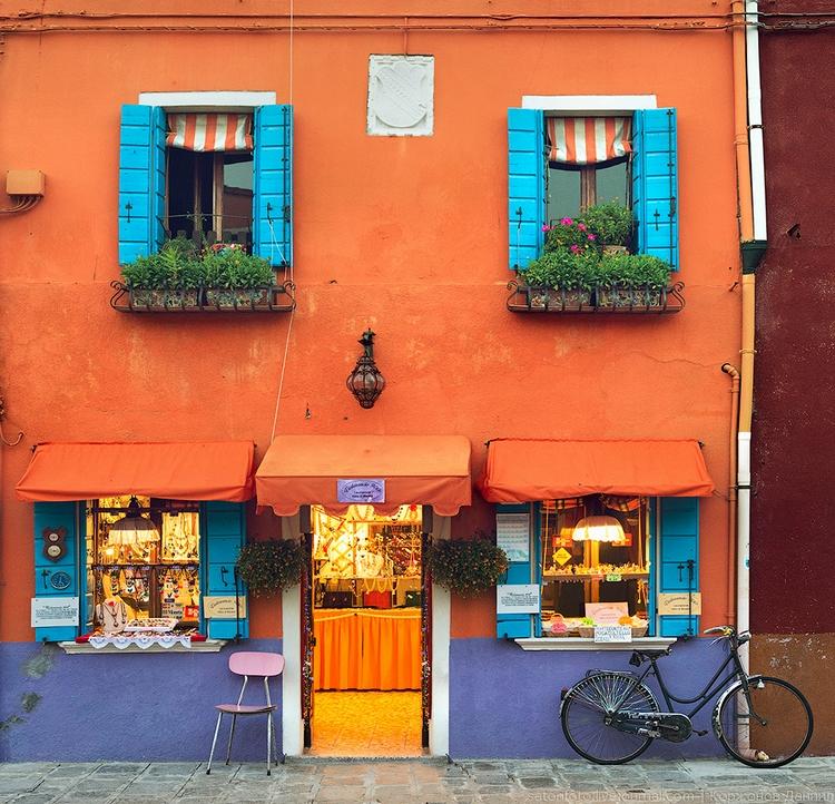 Оранжевая стена дома Бурано. Фото Даниила Коржонова