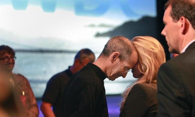 Стив Джобс с супругой Лорен Пауэлл после выступления на конференции Apple World Wide Developers Conference 6 июня 2011 года