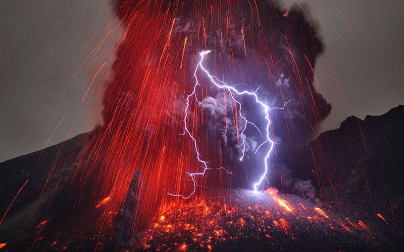 Извержение вулкана. Фото: MARTIN RIETZE