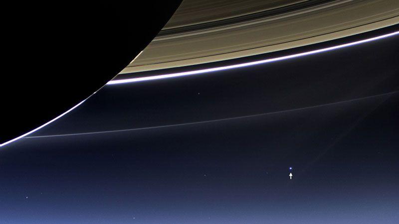 Земля с темной стороны Сатурна. Фото: NASAJPL-CaltechSpace Science Institute