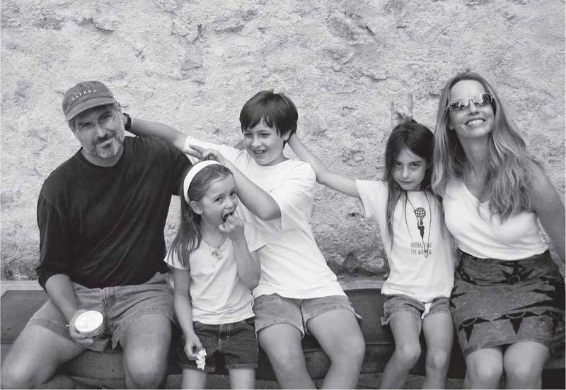 Стив Джобс с женой и детьми.