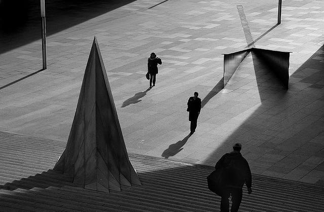 Пешеходы и тени. Фото: Mikael Marguerie