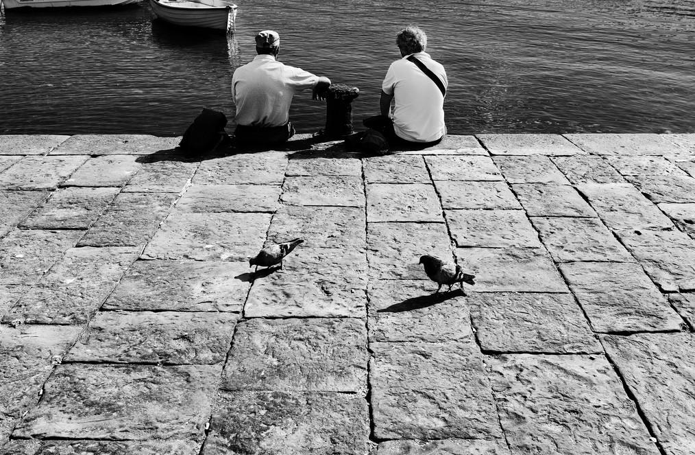 Два мужчины, два голубя. Фото: Andrea Alfano