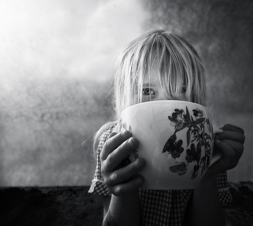 Девочка с чашкой. Фото: Jojo