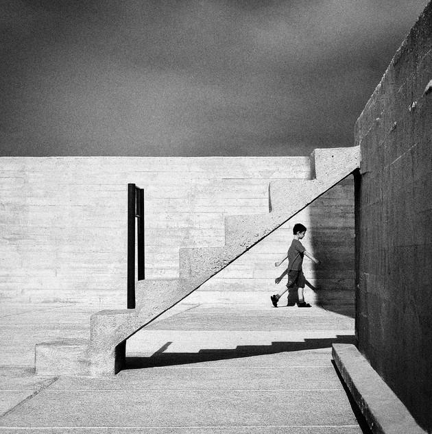 Мальчик и геометрия архитектуры. Фото Kala