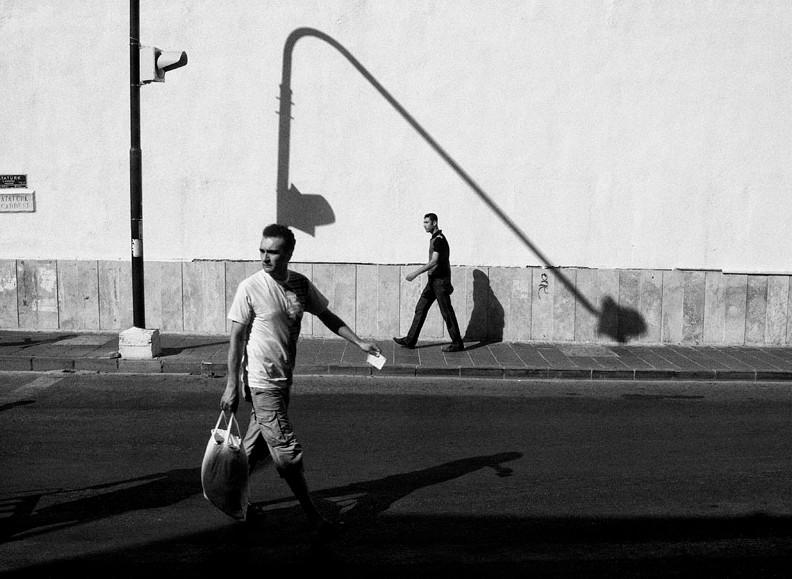 Люди и тени. Фото Petros Kotzabasis
