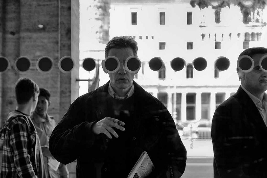 Человек в большом городе. Фото Stefano Mirabella
