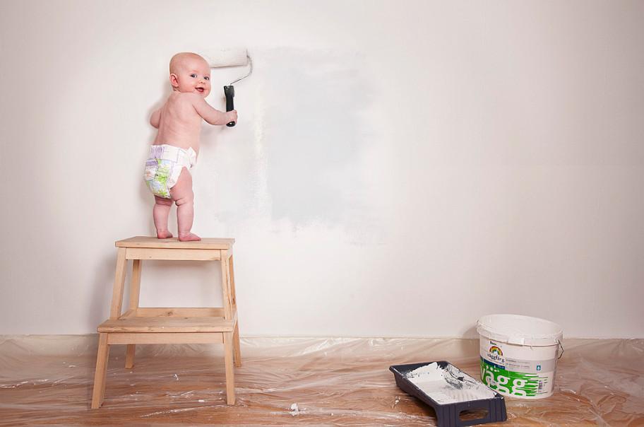Малыш делает ремонт. Фото: Emil Nystrom