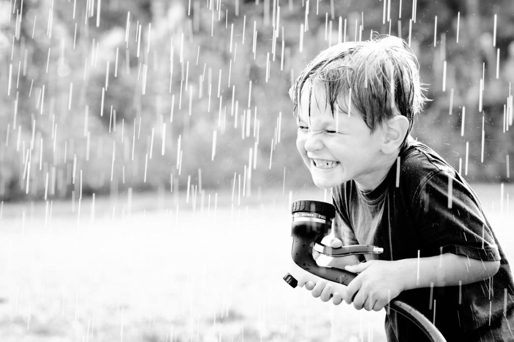 Мальчик под дождем. Фото: Laurens Kaldeway