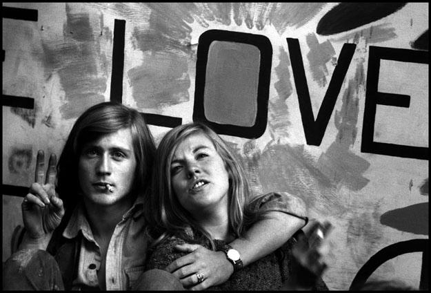 Чикаго, Штат Иллинойс, США. 1968. Два молодых протестующих отдыхают за пределами конференц-зала в рамках съезда Демократической партии. Фото: Берт Глинн