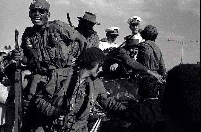 Гавана, Куба. 1959 г. Фидель Кастро езда во время революции в сопровождении кубинского Военно-морских офицеров. Фото: Берт Глинн