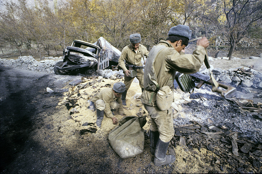 «Дорога жизни», 1985. Афганистан. Пшеница для афганских крестьян из разбомбленного обоза на перевале Саланг.