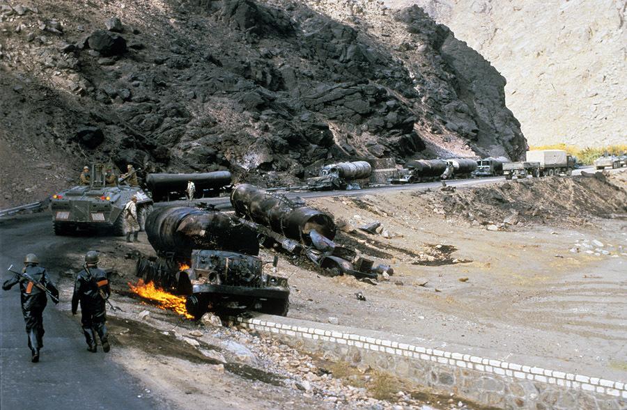 «Дорога жизни», 1985. Афганистан. Сожженная колонна наших бензовозов.