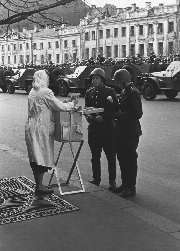 «На первомайском параде. Мороженое». 1950 год. Фото: Юрий Кривоносов
