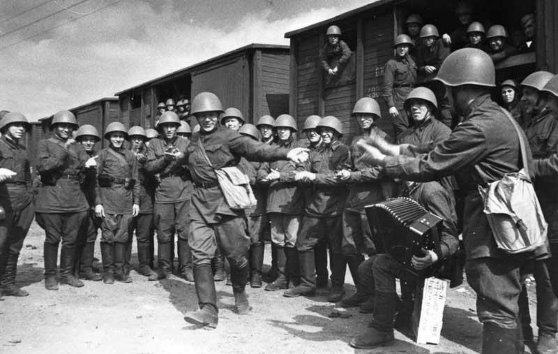 «Поезда идут на фронт». Пляшет красноармеец В.Кочетков. 1941 год. Фото: Александр Устинов